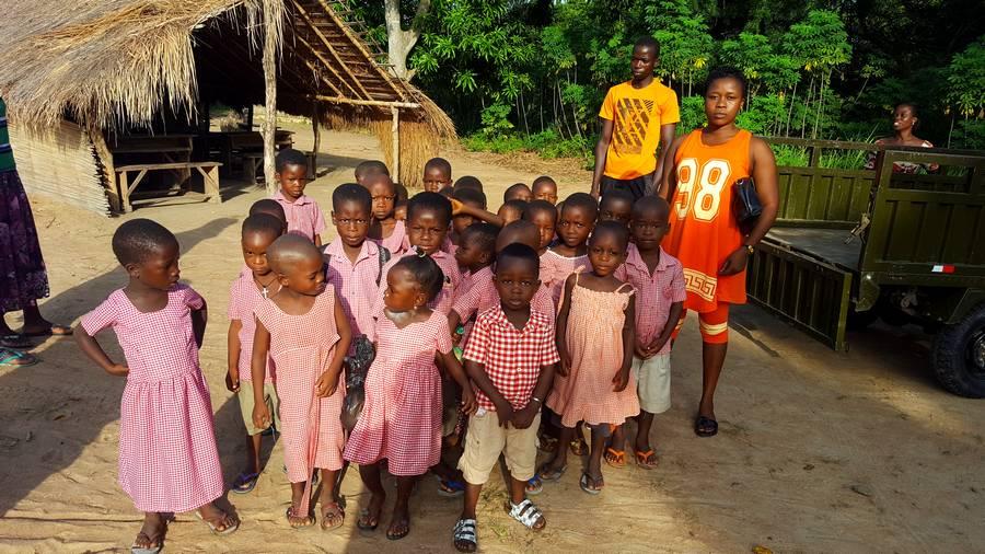 Élèves du jardin d'enfant du village de Kodzé avec leur enseignante